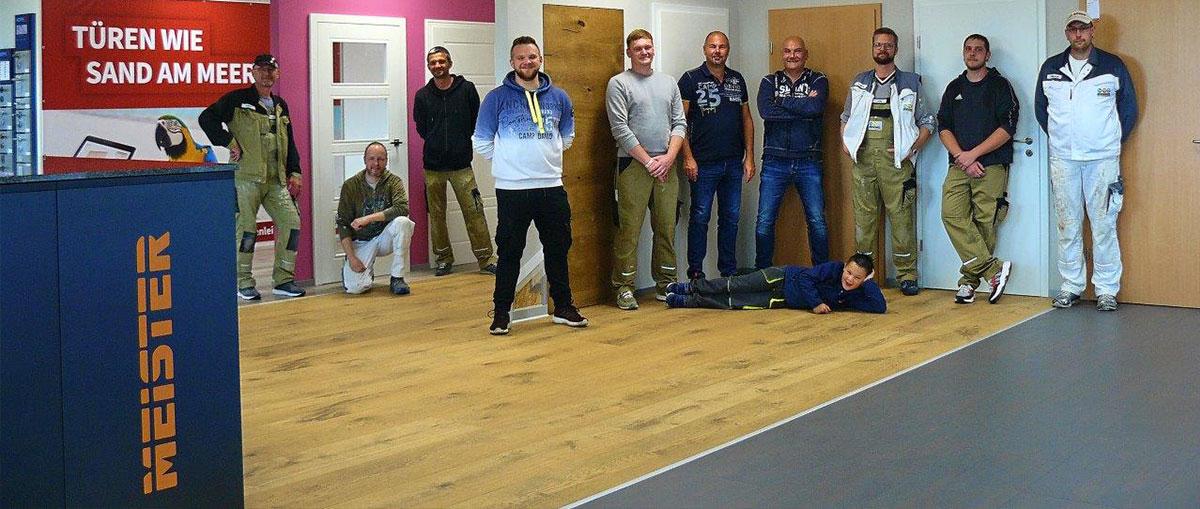 Das Heuschkel GmbH -Team wartet darauf, Ihnen mit Rat und Tat zur Seite Boden. Türen. Wand. Aus einer Hand!