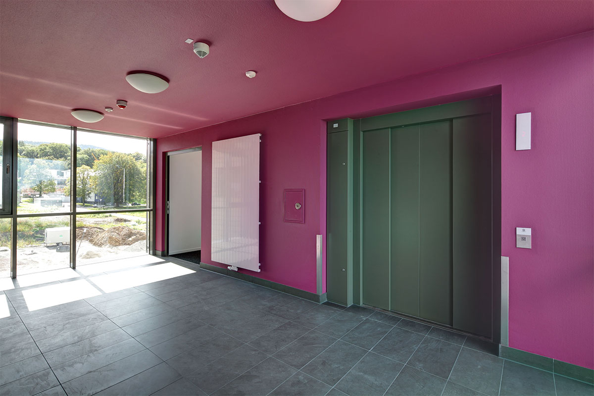 Code: BX_Treppenhaus-Aufzug-pink